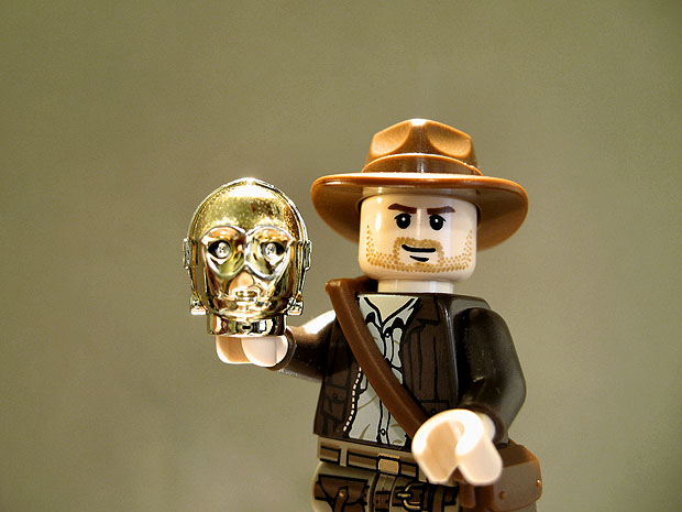 Lego Indiana Jones holding C3PO head